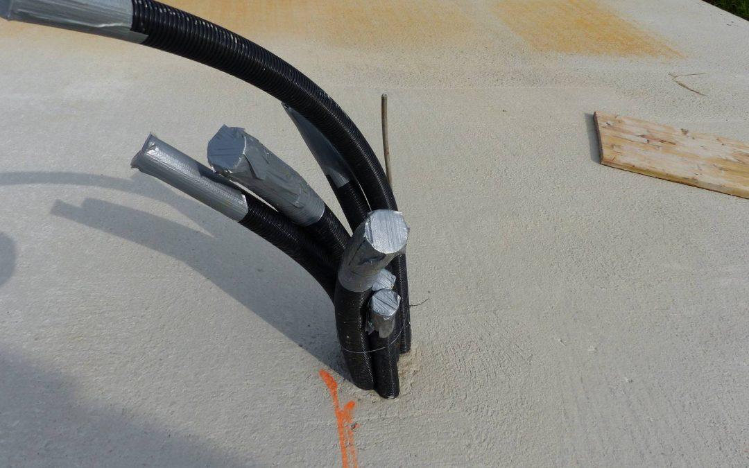 So sieht es aus, wenn ein Fertighauserrichter eine Bodenplatte abdichtet …